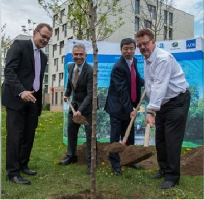 Chair of the Board of Governors Hans-Joachim Fuchtel, ADB President Takehiko Nakao, Frankfurt Mayor Peter Feldmann, and Goethe University's Prof. Manfred Schubert-Zsilavecz plant a tree on the campus of the Goethe University of Frankfurt, April 30, 2016. (Photo courtesy ADB)