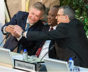 Environmental leaders, from left: Erik Solheim, executive director, United Nations Environment Programme, Uhuru Kenyatta, President of Kenya, and UNEA President Edgar Gutiérrez-Espeleta, Minister of Environment and Energy, Costa Rica, take a selfie for the #BeatPollution campaign. (Photo courtesy Earth Negotiations Bulletin) Posted for media use