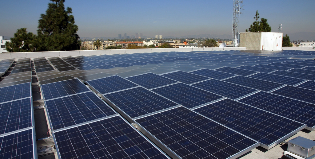 Solar panels cover the roof of Sony's Jimmy Stewart Building in Culver City, California, 2018 (Photo courtesy Sony Pictures) Posted for media use.