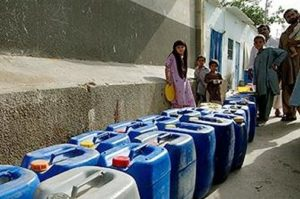 A long line of empty containers await a supply of fresh drinking water to arrive in a town outside Karachi, home to nearly 20 million people with only 165,000 water connections. 2014 (Photo courtesy World Bank)