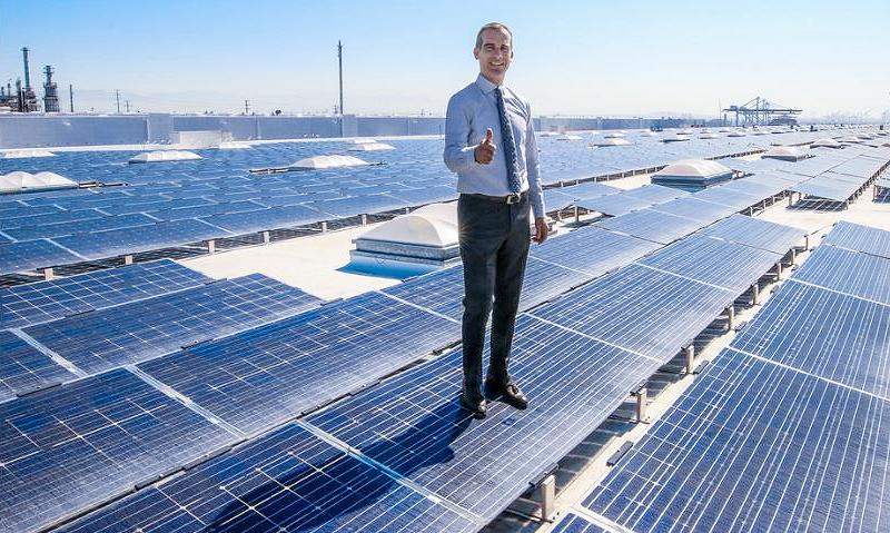 Los Angeles Mayor Eric Garcetti stands atop a giant rooftop solar project at the Port of Los Angeles, California, June 26, 2017 (Photo courtesy Mayor Garcetti) Creative Commons license via Flickr.
