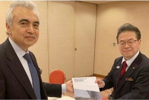 "International Energy Agency Executive Director Dr. Fatih Birol presents ""The Future of Hydrogen"" report to Hiroshige Seko, Japan's Minister of Economy, Trade and Industry, June 12, 2019 (Photo courtesy IEA) Posted for media use."