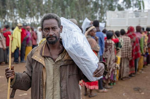 Displaced community members in Gedeb, Ethiopia receive aid from the UN International Organization for Migration (IOM) donated by UKAID. July 28, 2018 (Photo by Olivia Headon / IOM) Posted for media use.