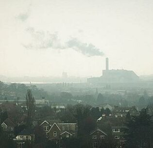 Waste-to-energy incinerator in Belvedere, London, UK. 2013 (Photo by Petras Gagilas) Creative Commons license via Flickr